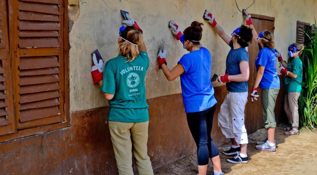 Tras elegir qué hacer en su año sabático, voluntarios construyen casas en Ghana.